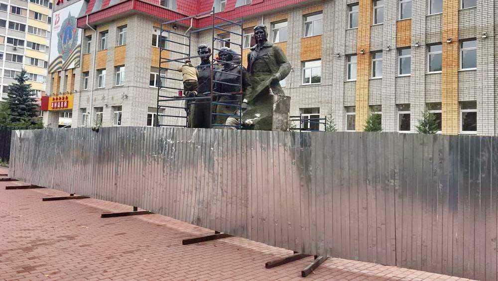 В Брянске за 2,1 млн рублей отремонтируют памятник Трем Героям