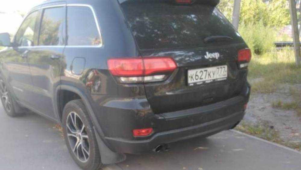 Брянцы потребовали наказать водителя джипа за парковку на тротуаре