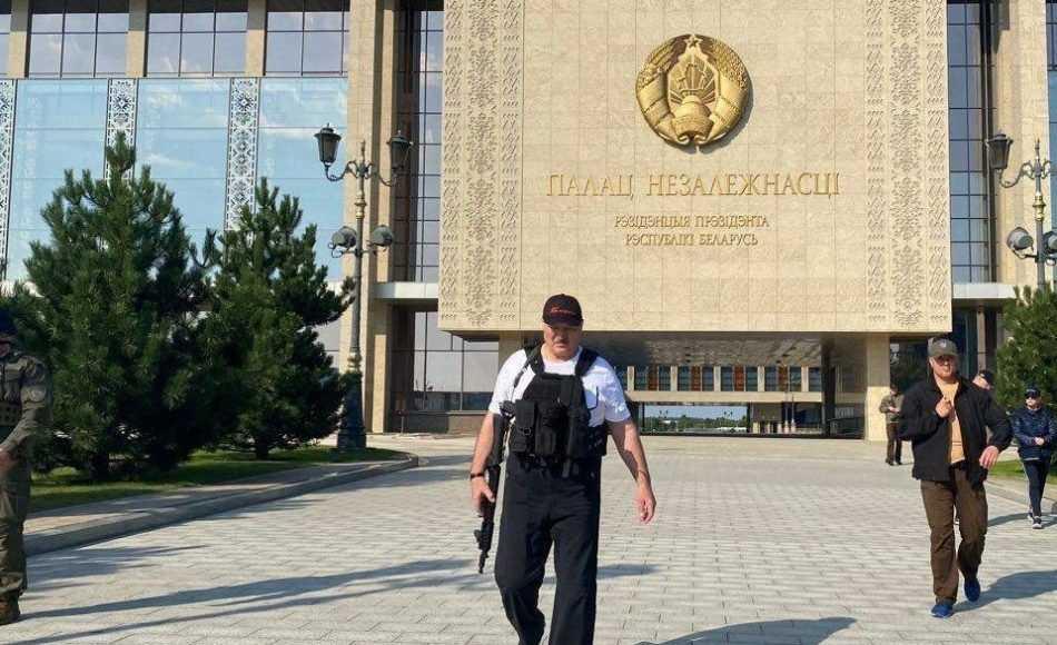 Лукашенко взял в руки автомат