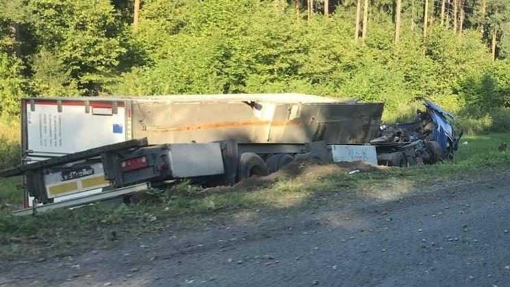 Водитель фуры погиб под Брянском из-за выехавшей навстречу легковушки
