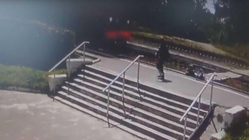 Под Брянском сняли видео о едва не погибшем под поездом мотоциклисте
