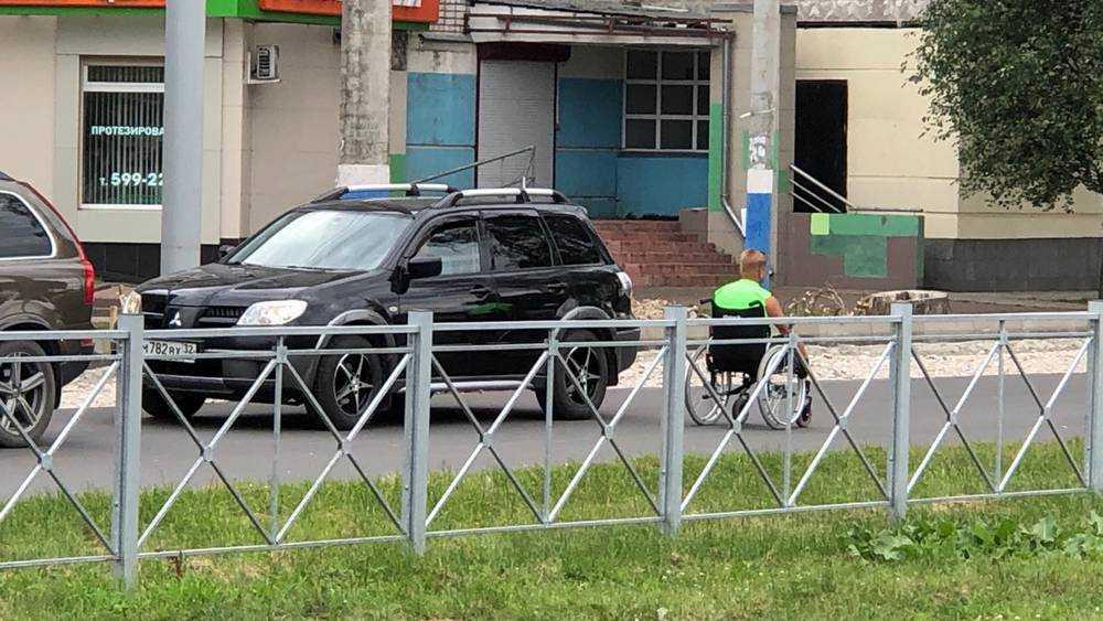 На брянские перекрестки вновь выехали люди в инвалидных колясках