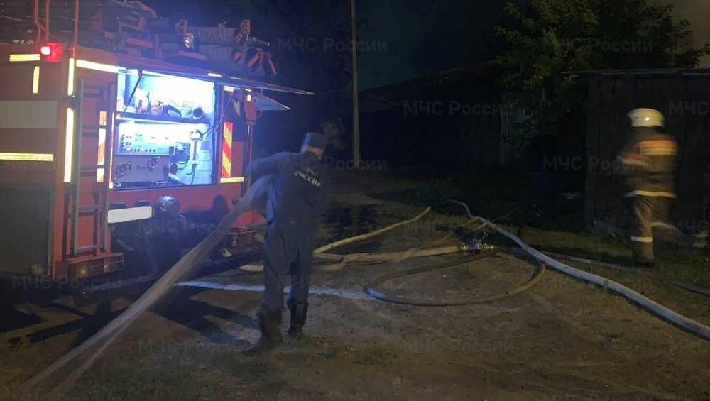 В Брянске ночью сгорели семь сараев – пострадал человек