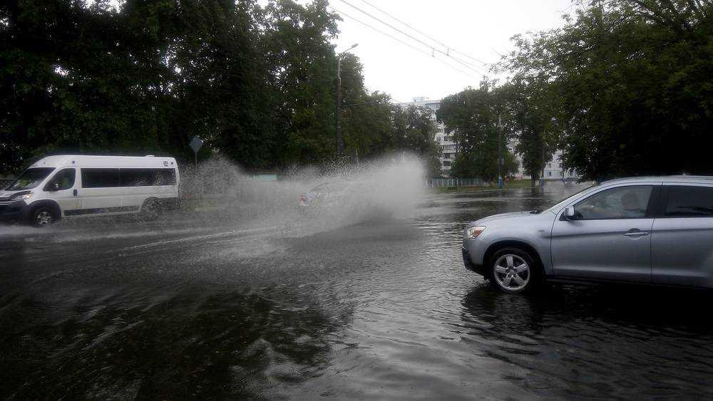Улицы Бежицкого района Брянска после ливня ушли под воду