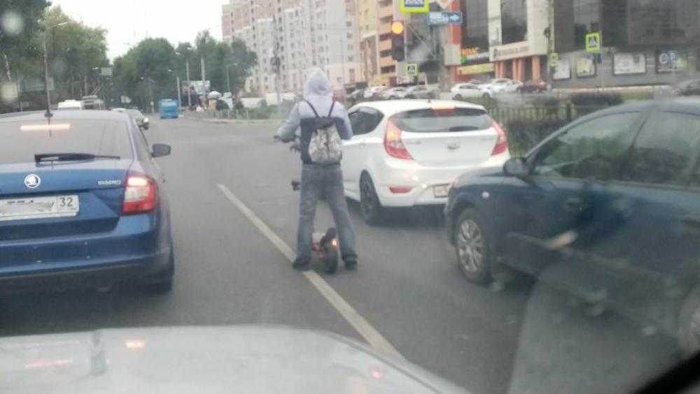 Брянских водителей удивил ехавший на самокате посреди дороги подросток