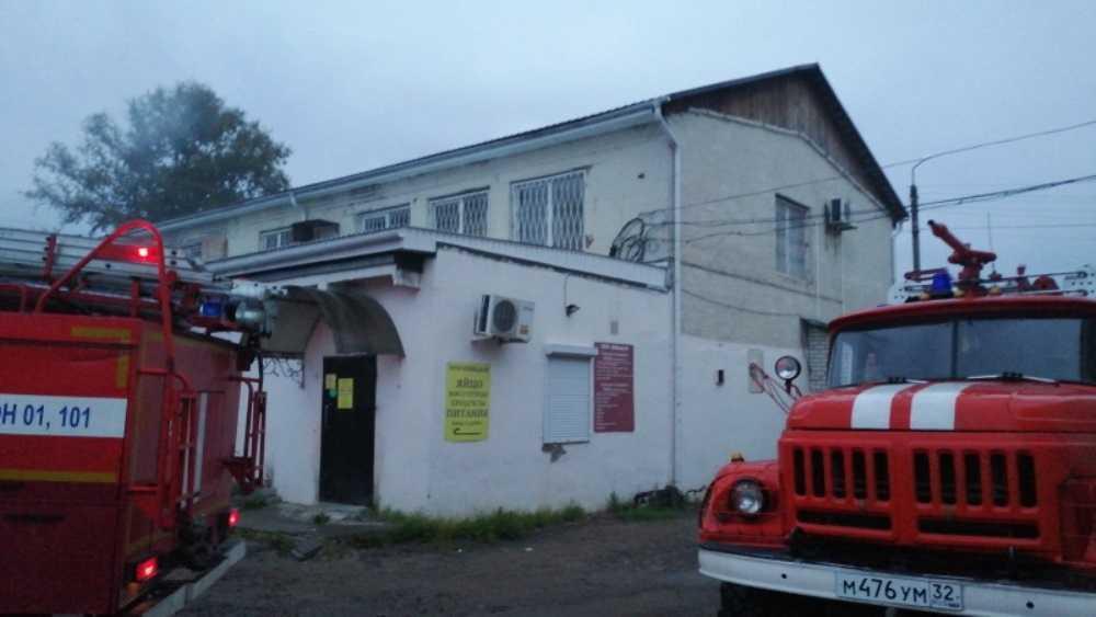 В центре Дятькова сегодня утром потушили горевший склад