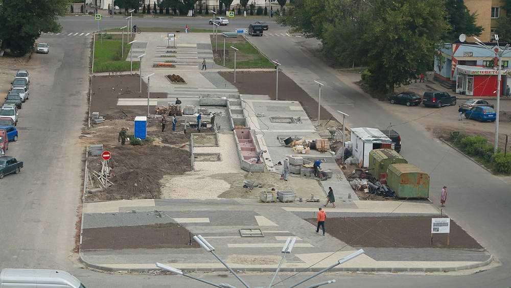 В брянском сквере возле «Лития» начали облицовку нового фонтана