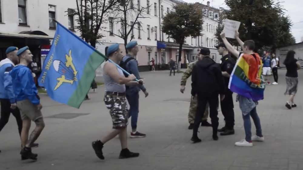 В Ярославле устроили провокацию под лозунгом«Геи тоже служат в ВДВ»