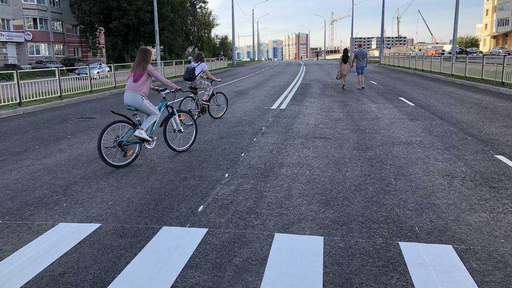 В Брянске новую дорогу стали использовать для прогулок под луной