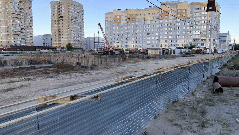 Самую длинную в Брянске строительную площадку прикрыли тайной