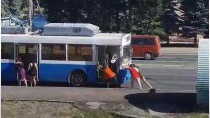 В Брянске сняли видео толкавших троллейбус девушек