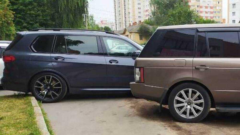 В Брянске автомобилисты захватили тротуар на улице Фокина