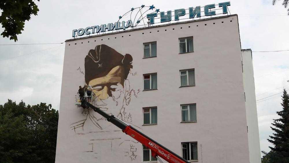 В Брянске на гостинице «Турист» напишут портрет партизана Михаила Дуки