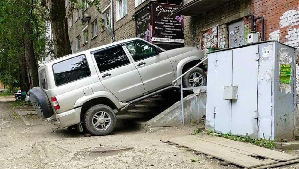 Брянцев удивила парковка УАЗа на крыльце подъезда дома