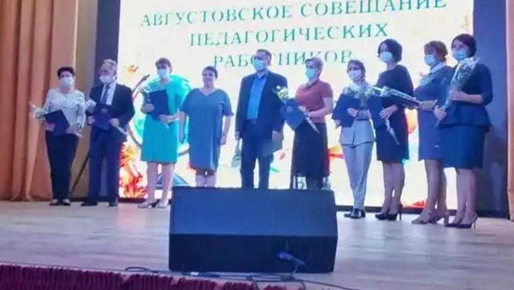 Брянских педагогов наградили за воспитание юных патриотов