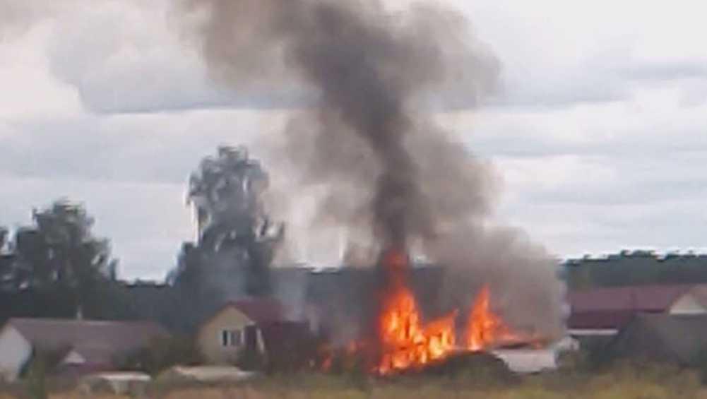 В Брянском районе спасатели потушили пожар в деревне Дубровка