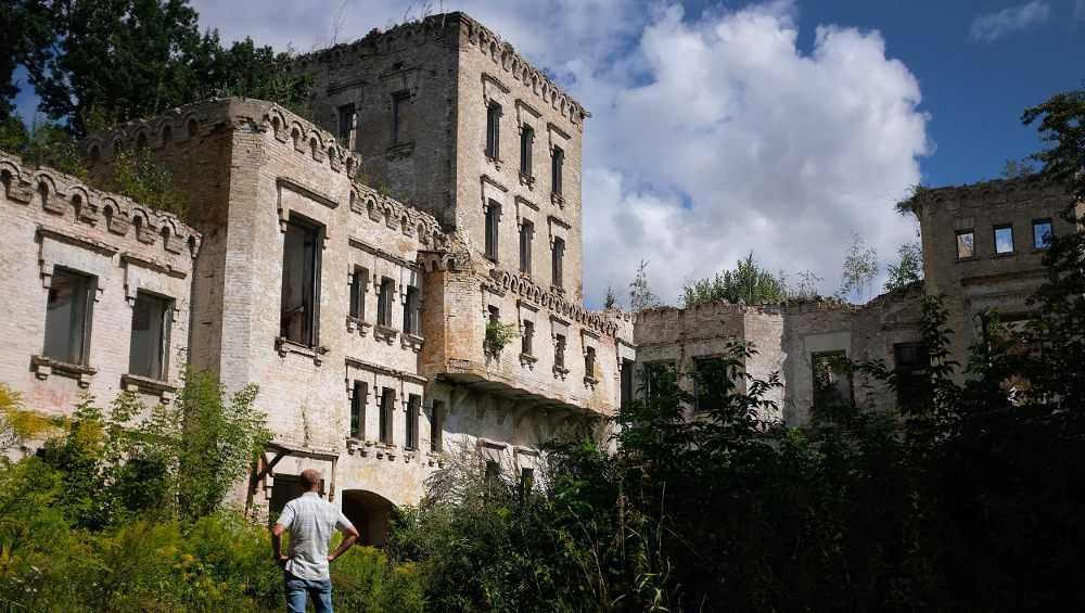 Брянцев удивили руины усадьбы княгини Воейковой в Комаричском районе