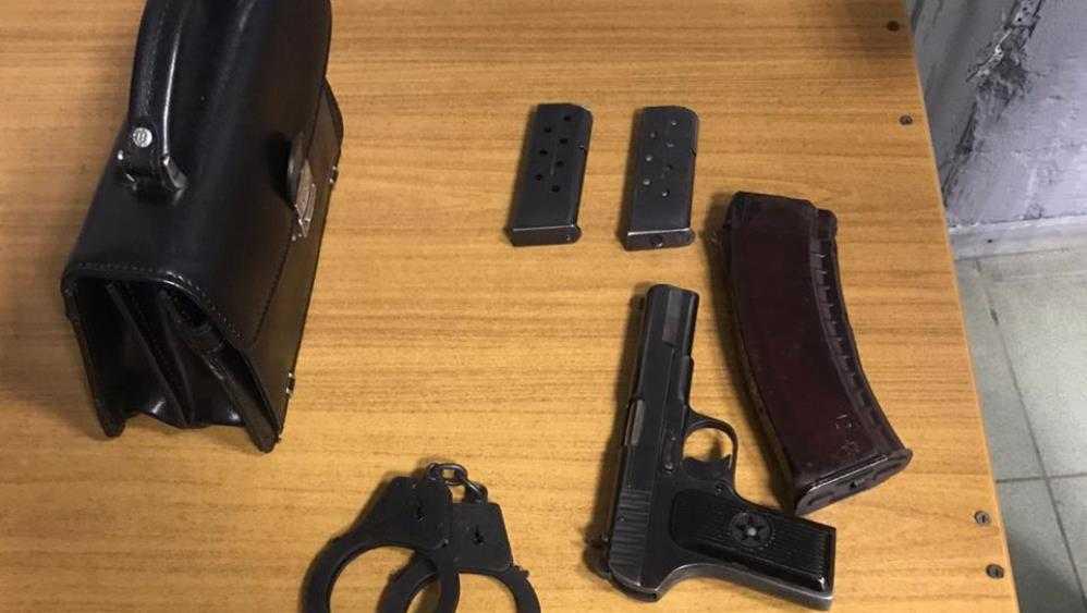 В Брянске таксист сдал полиции пассажира с пистолетом