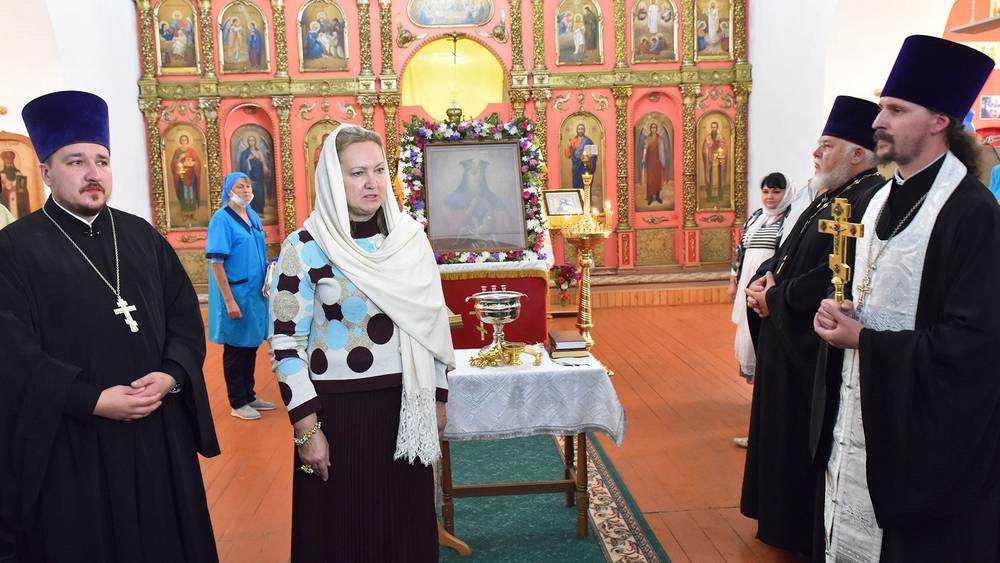 Анна Громова передала благочинному Брасовского церковного округа икону