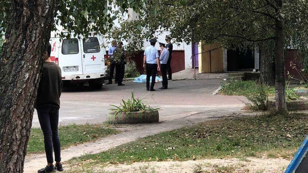 В Брянске с крыши дома упала и погибла женщина