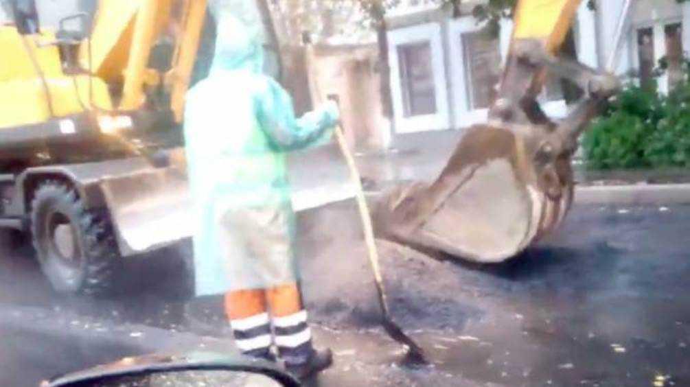 В Брянске отважные дорожники продолжили работу во время ливня