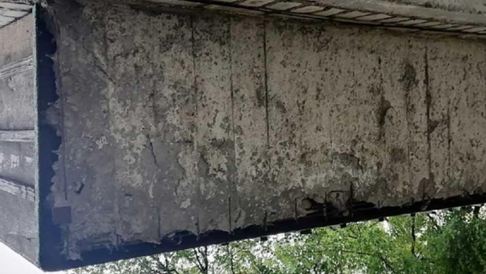 В Брянске на бульваре 50 лет Октября на прохожих может рухнуть балкон
