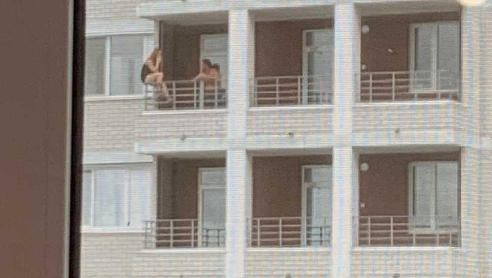 Брянцы забеспокоились о сидевшей на краю балкона девушке