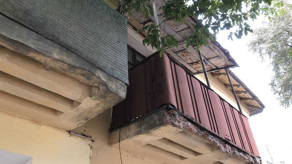 В Брянске возникла угроза на новом тротуаре получить удар кирпичом