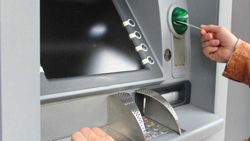 Жительница Брянска украла застрявшие в банкомате чужие деньги
