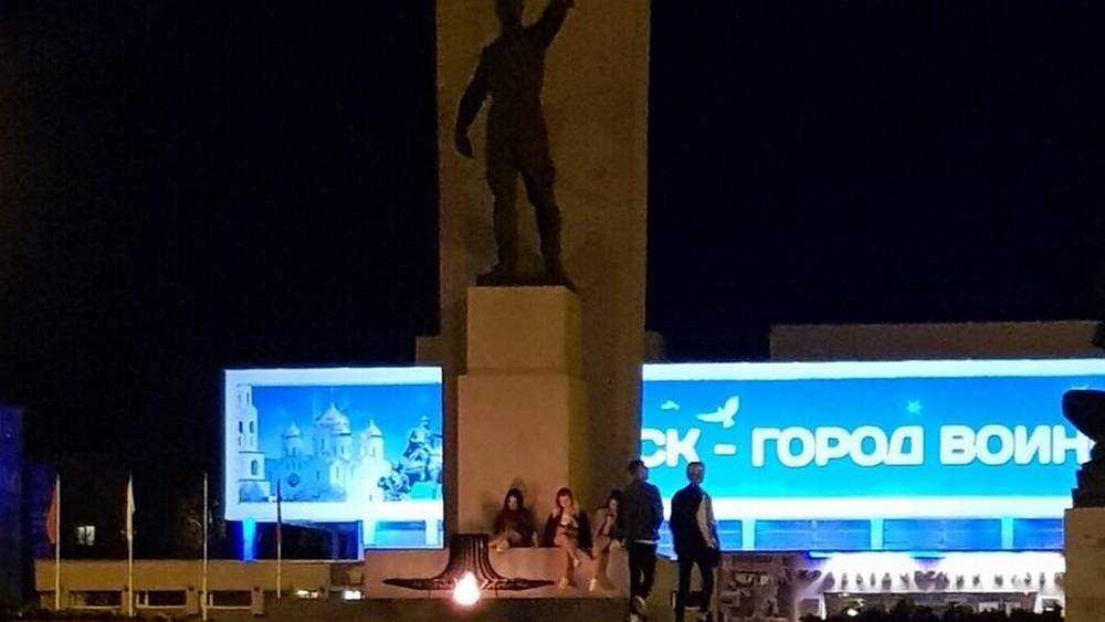 В Брянске молодежь расположилась у Вечного огня на площади Партизан