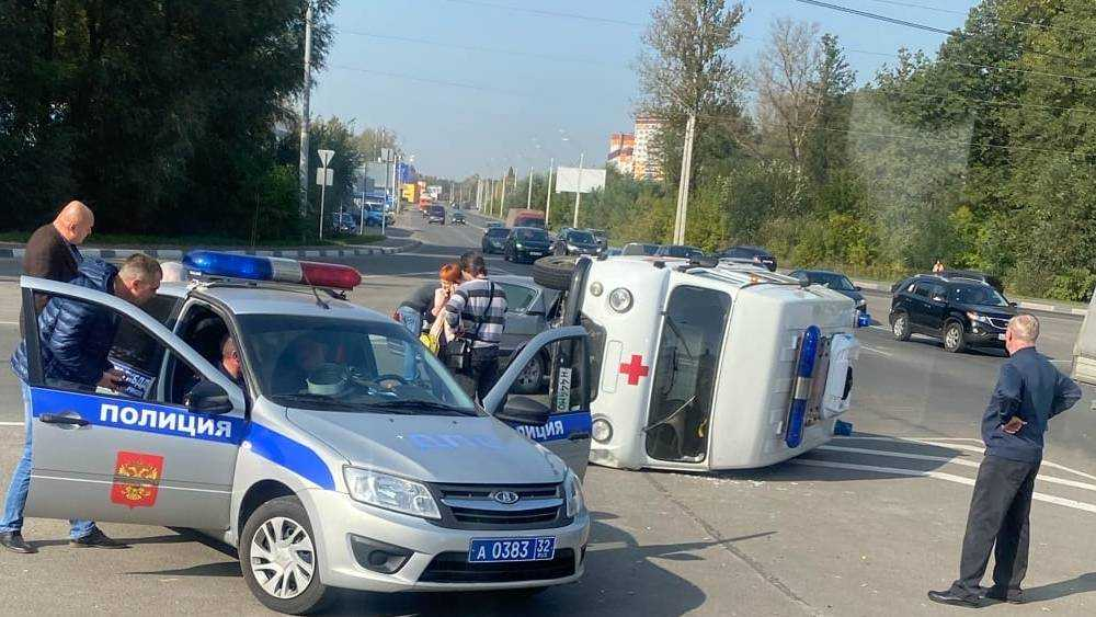 В Брянске у памятника Болгарским патриотам перевернулась скорая помощь