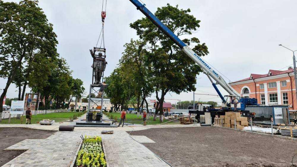 В Брянске на привокзальной площади установили памятник Ленину