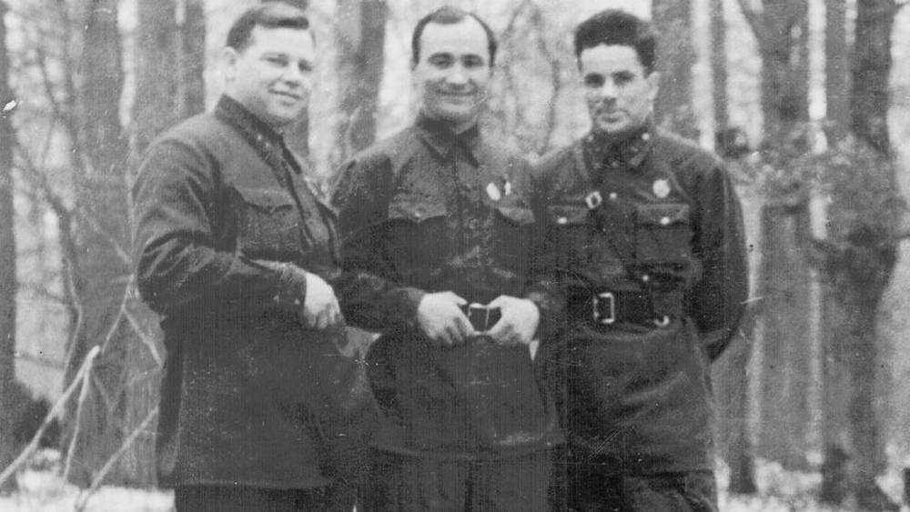 Брянское правительство заинтриговало снимком легендарных людей