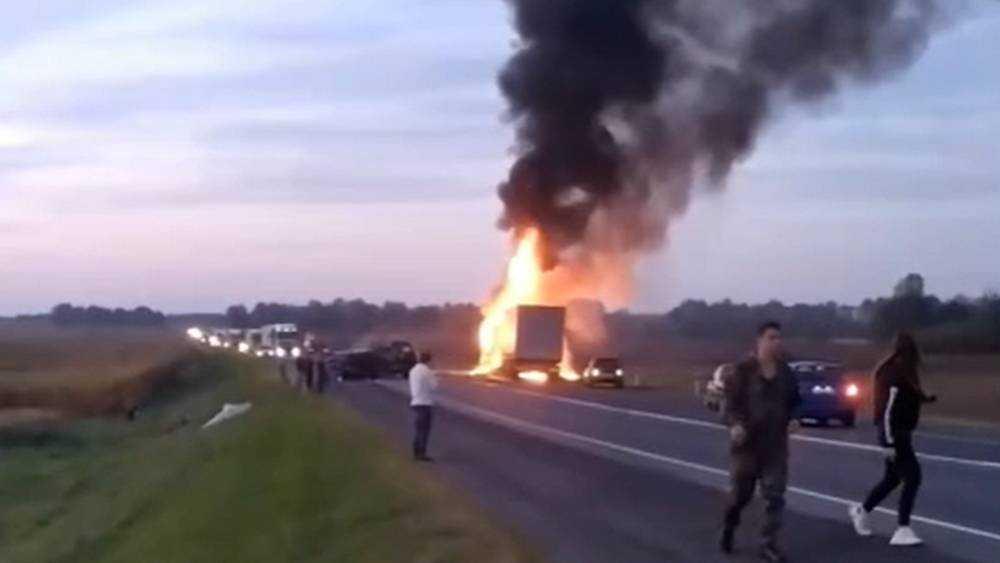 Под Брянском сняли видео массового ДТП с горящим грузовиком