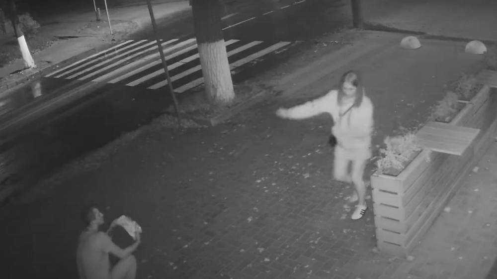 В Брянске ночью буйная девушка вырвала цветы возле кафе