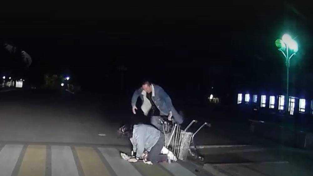 В Брянске женщину вывалили на дорогу из продуктовой тележки