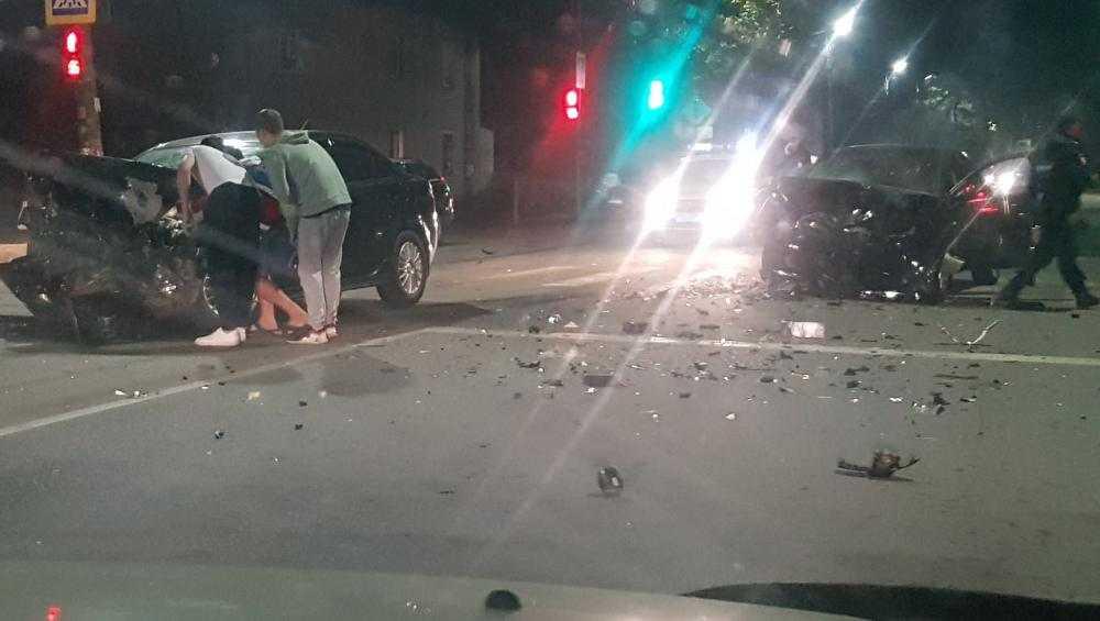 В Бежицком районе Брянска два автомобиля столкнулись лоб в лоб