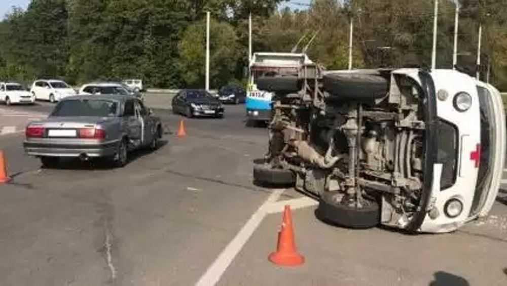 Опрокинувшуюся в Брянске скорую помощь не пропустил водитель «Волги»