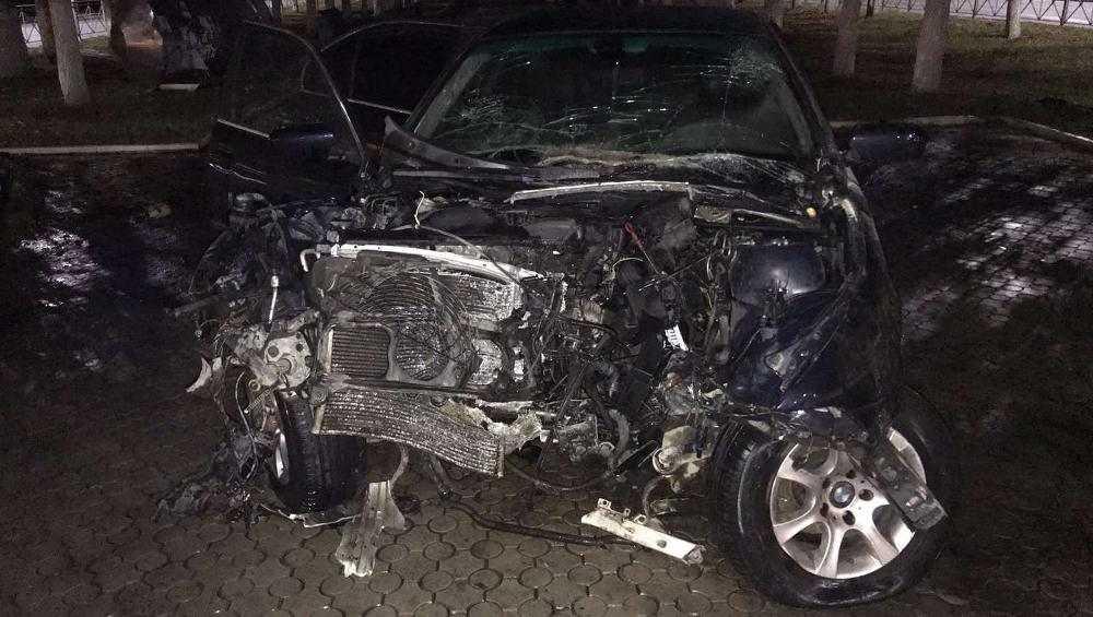 Пьяный 19-летний брянец на BMW врезался в бордюр и дерево