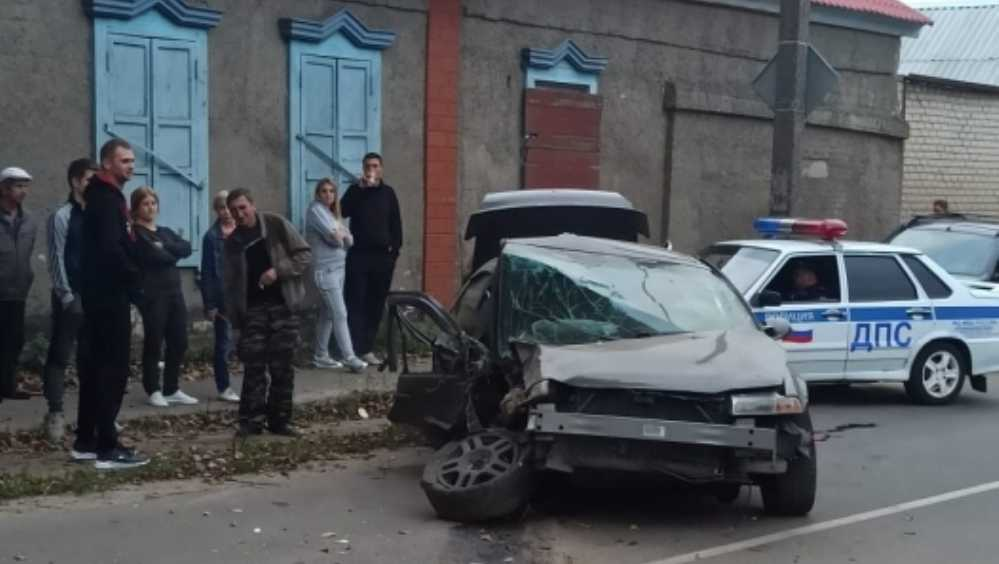 В Клинцах на опасном перекрёстке разбился автомобиль