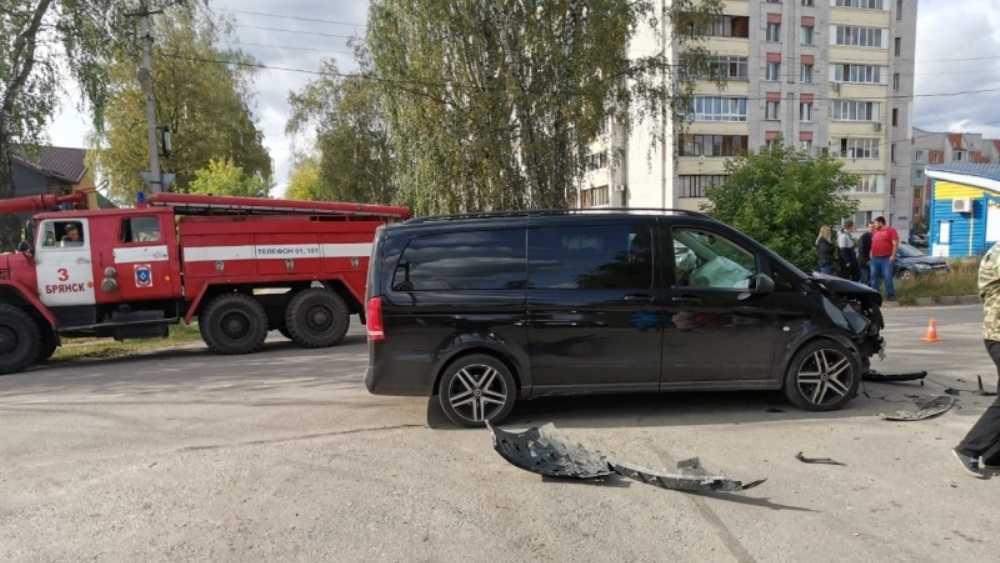В Брянске столкнулись два автомобиля – есть пострадавшие