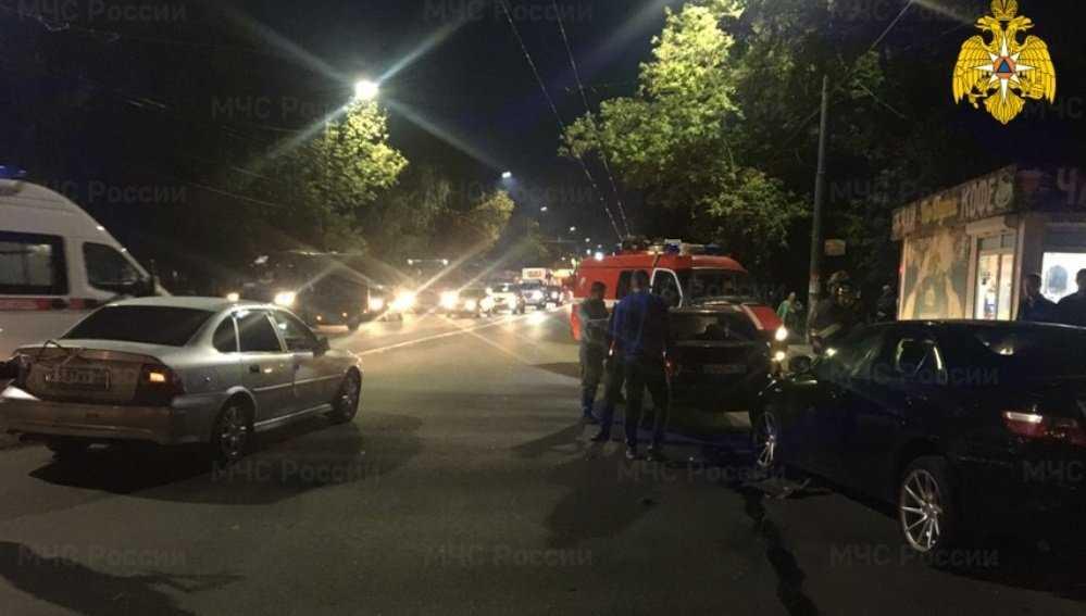 В Брянске столкнулись маршрутка №49 и три легковых автомобиля