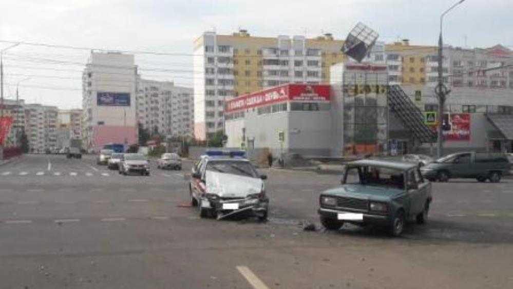 В Брянске автомобиль Росгвардии протаранил 74-летний водитель ВАЗ