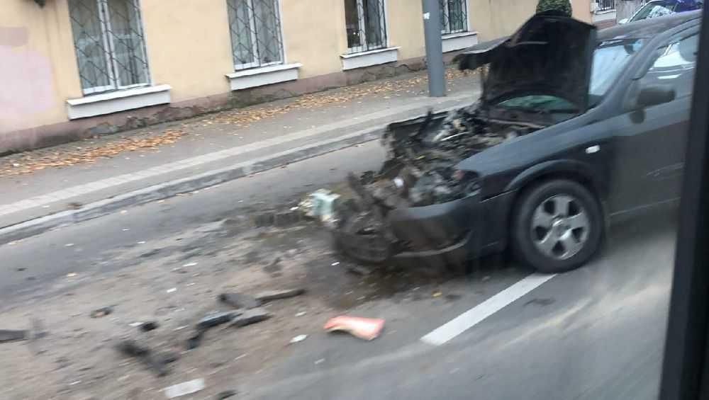 В Брянске на улице Калинина легковушка разбилась о троллейбус