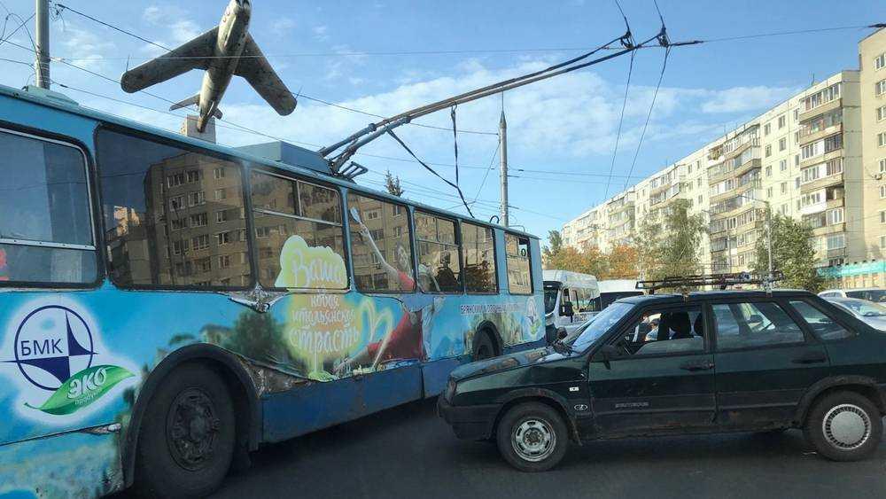 В Брянске на кольце возле «Самолета» нелепо столкнулись ВАЗ и Audi