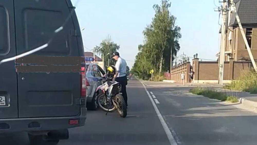 Под Брянском летающий мотоциклист протаранил машину ДПС