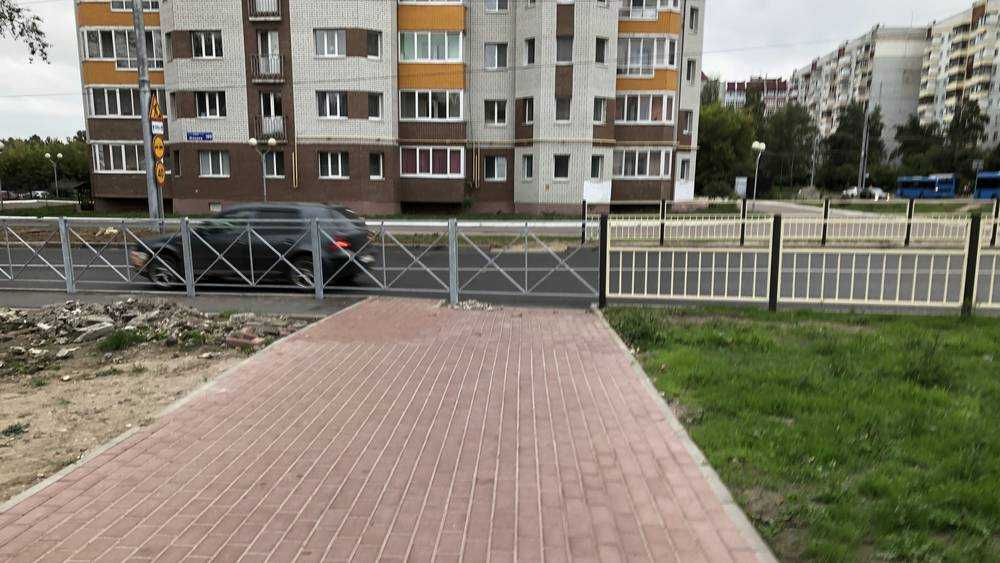 Промахнулись: в Брянске новый тротуар перекрыли новым забором