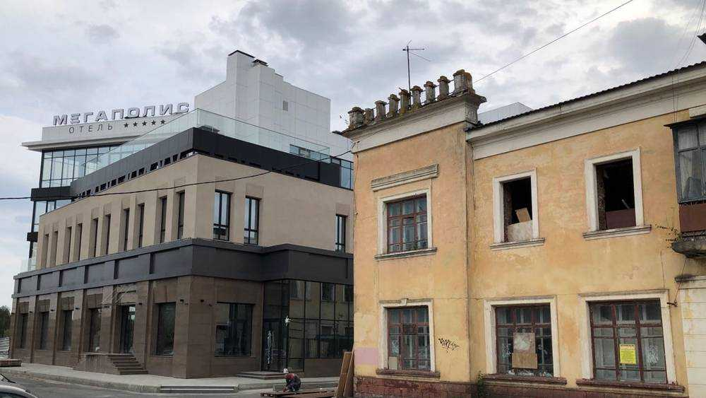 На набережной Брянска взялись за реконструкцию обветшавшего дома