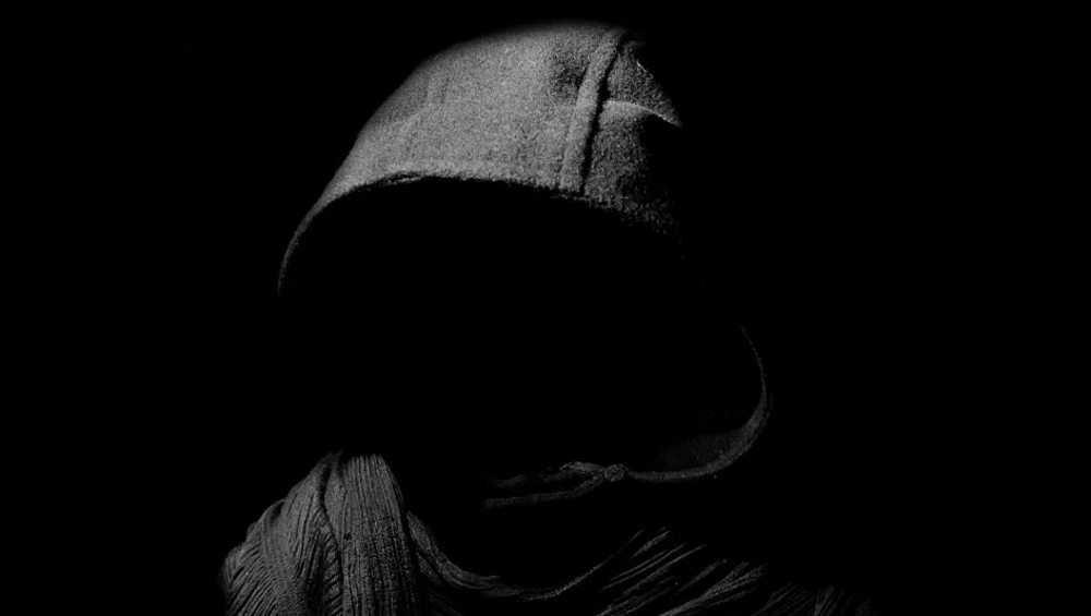 Жители брянского микрорайона заметили подозрительного типа во дворе