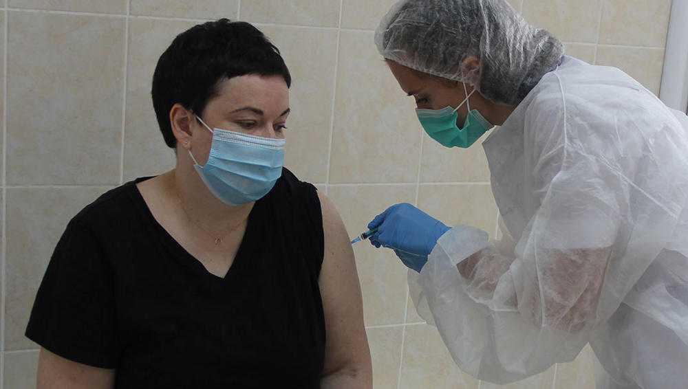 В Брянске первые прививки от коронавируса сделали 11 медикам